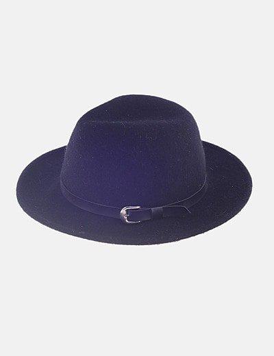 Sombrero negro ante detalle hebilla