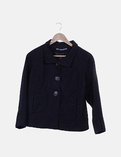 Abrigo corto negro abotonado