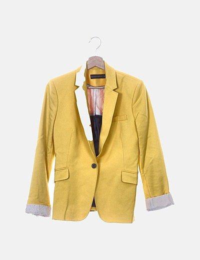 Blazer amarilla con botón
