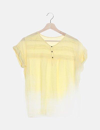 Camiseta amarilla detalle botones