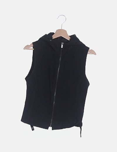 Chaleco negro con capucha