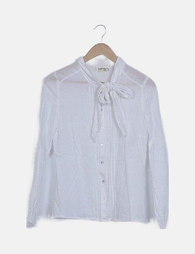 Camisa blanca con lazo