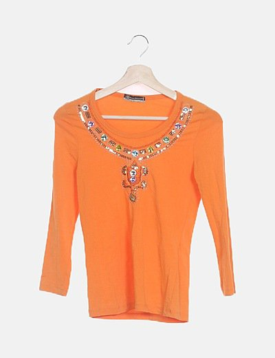 Camiseta naranja con pedrería