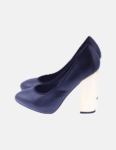 Zapato negro de tacón detalle dorado