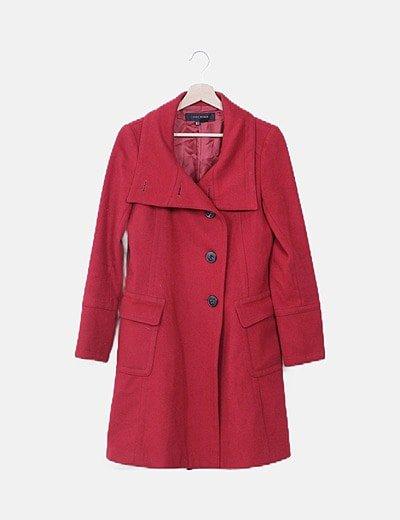 Abrigo rojo abotonado