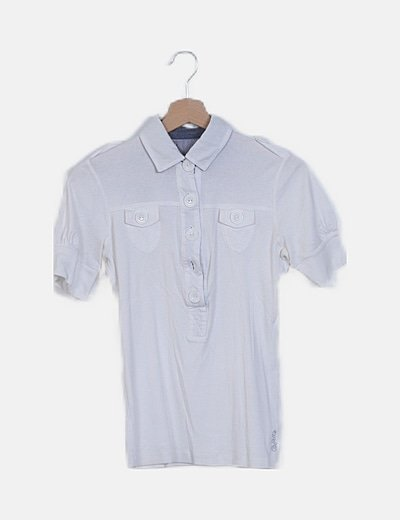 Camiseta blanca detalle botones