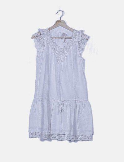 Vestido fluido blanco semitransparente detalles bordados