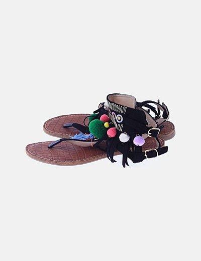 Sandalia negra con borlas y strass