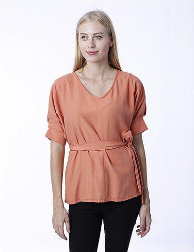 Blusa coral con cinturón