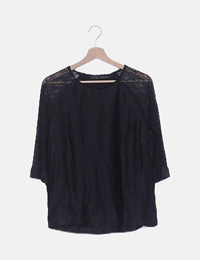 Blusa satén negra con encaje