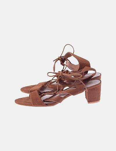 Sandalia marrón con tacón