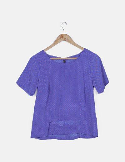 Camiseta satén azul con topos naranjas