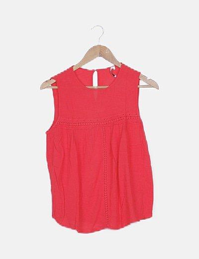 Blusa roja detalles troquelados