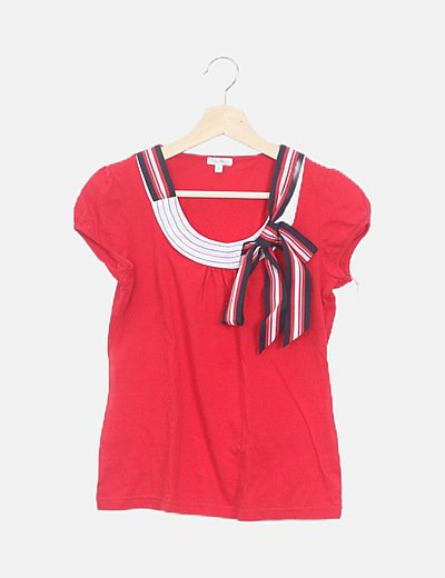 Camiseta roja cuello lazo rayas