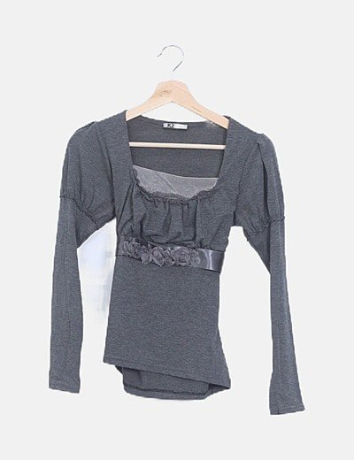 Camiseta gris oscura escote fruncido lazo espalda
