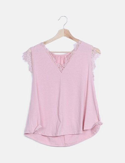 Camiseta rosa con encaje