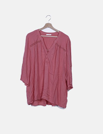 Blusa fluida rosa detalle troquelado