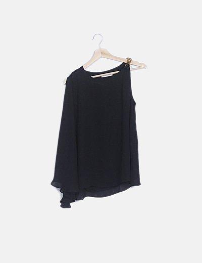 Blusa negra detalle cadena