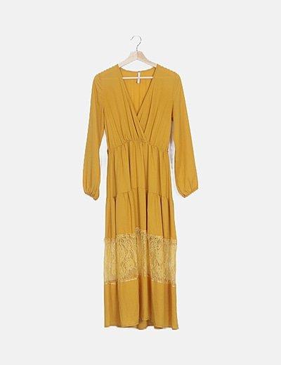 Vestido fluido amarillo con encaje