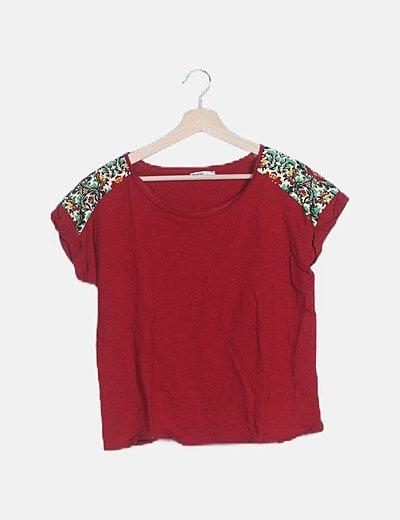 Camiseta roja hombreras estampadas