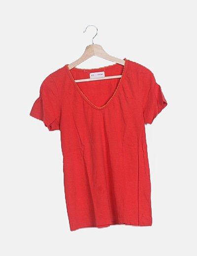Camiseta roja escote desflecado