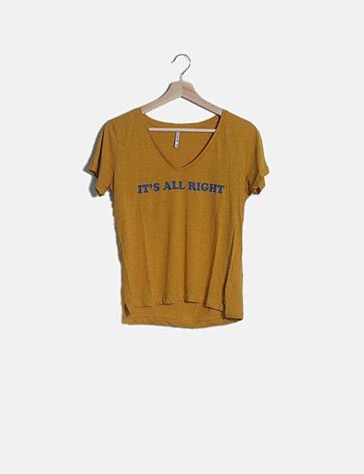 Camiseta mostaza con frase escote pico