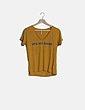 Camiseta mostaza con frase escote pico Stradivarius