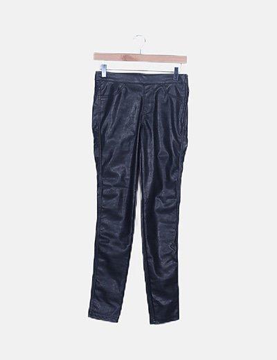 Pantalón pitillo negro encerado