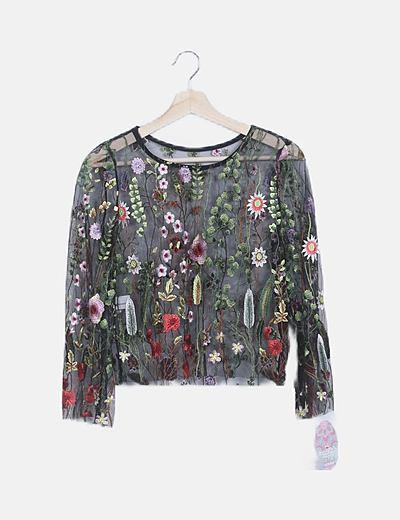 Camiseta negra flor bordada