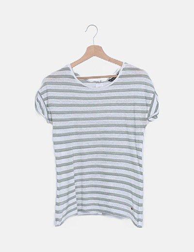 Camiseta blanca de rayas detalle abotonado