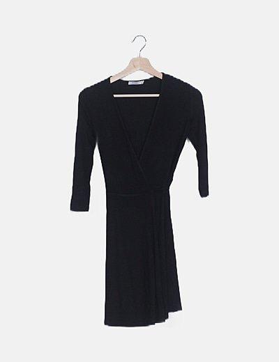 Vestido fluido negro cruzado