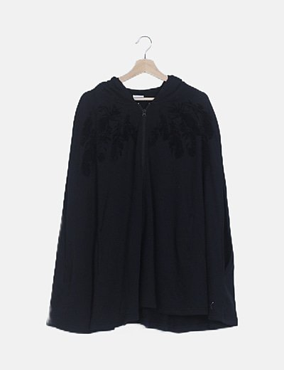 Capa deportiva negra con capucha
