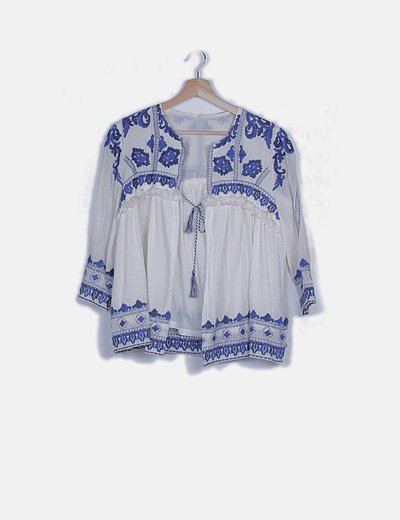 Levita blanca bordados azules