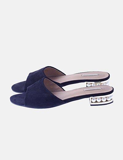 Sandalias destalonadas negras tacón perlas