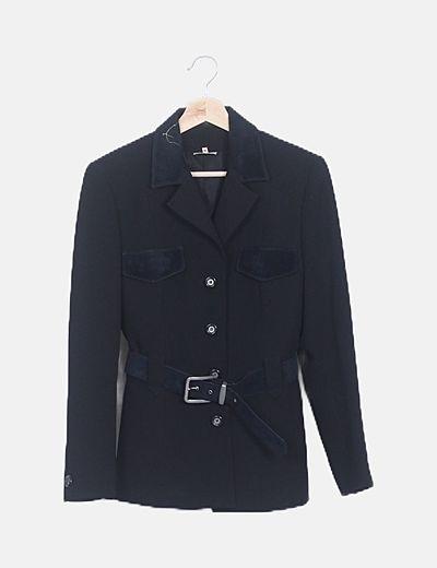 Conjunto chaqueta y pantalón negro detalles antelina