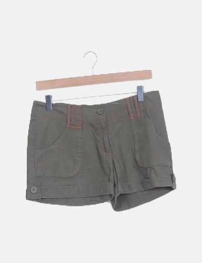 Short marrón con pespuntes