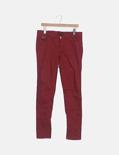 Pantalón denim rojo pitillo