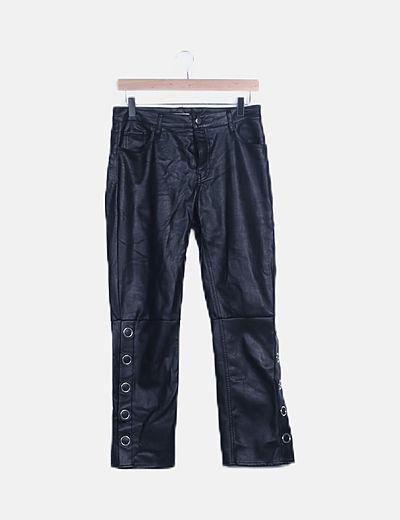 Pantalón negro polipiel detalle arandelas