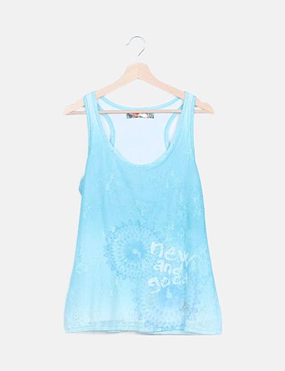 Camiseta azul encaje estampada