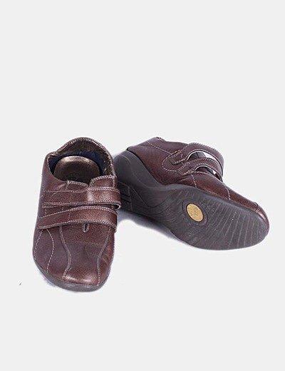 Zapato marrón con velcro y cuña 24 horas