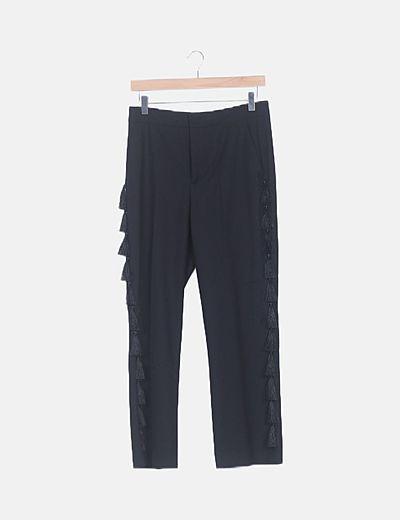 Pantalón negro detalle borlas