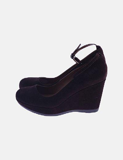 Zapato cuña marrón con tobillera
