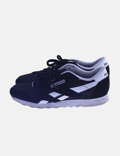 Zapatilla deportiva negra combinada