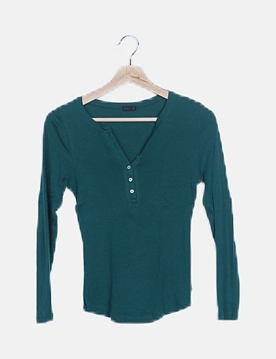 Camiseta básica verde detalle botones