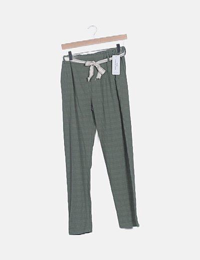 Pantalón fluido verde detalle cinturón