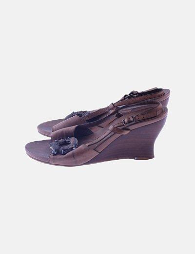 Sandalia marrón cuña