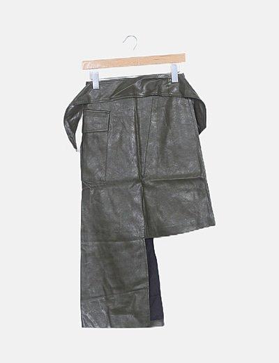 Falda asimétrica polipiel verde con cinturón
