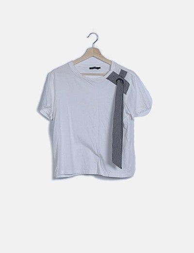 Camiseta blanca detalle lazada lateral
