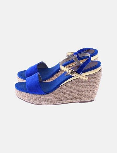 Sandalia azul eléctrico con pulsera dorada