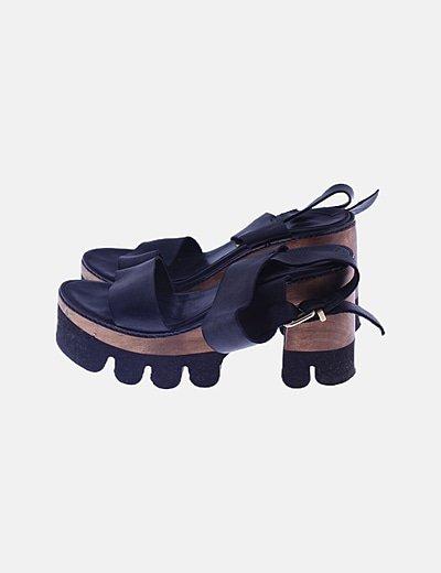 Sandalia tacón combinada